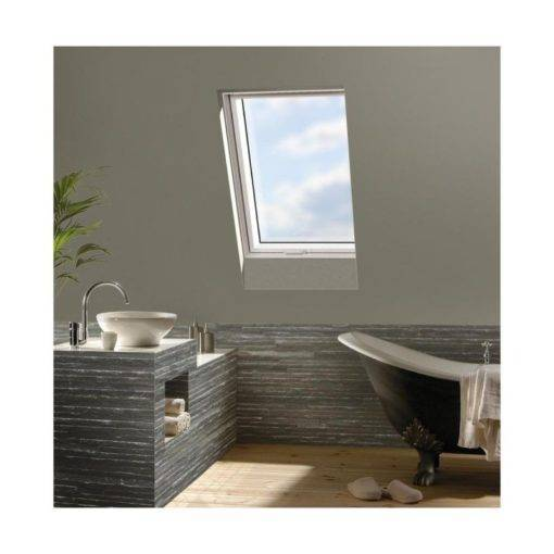 Aranżacja okna dachowego w łazience na poddaszu. Plastikowe okno dachowe OptiLight TLP jest odporne na wilgoć