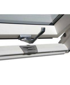 Pokryte białym lakierem sosnowe okno dachowe posiada elegancką srebrną klamkę