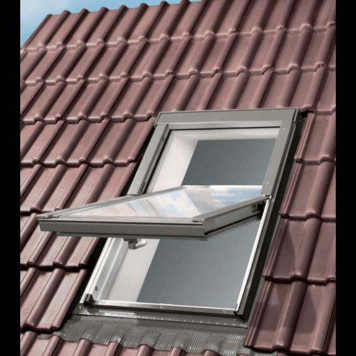 Białe okno dachowe OptiLight, tak jak okna dachowe FAKRO, posiada popielato szare oblachowanie. Jest to kolor pasujący do większości dostępnych dachówek
