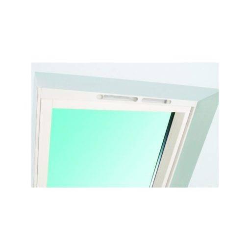 Białe okno dachowe z nawiewnikiem umożliwiającym regulację wymiany powietrza w pomieszczeniu