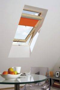 Okno dachowe z roletą. Do okien połaciowych OptiLight pasują dodatki do okien dachowych FAKRO