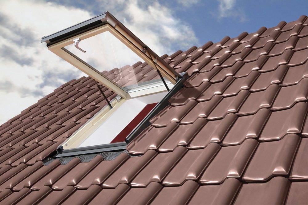 Otwierane klapowo okno dachowe - ujęcie z zewnątrz dachu