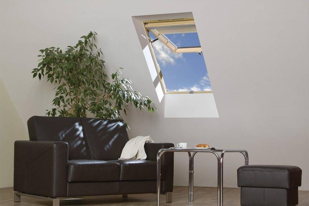 Drewno sosnowe nadaje klapowemu oknu dachowemu OptiLight VK elegancki styl