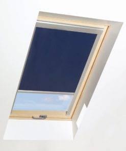 Roleta zaciemniająca do okna dachowego idealnie komponuje się z drewnianymi oknami FAKRO